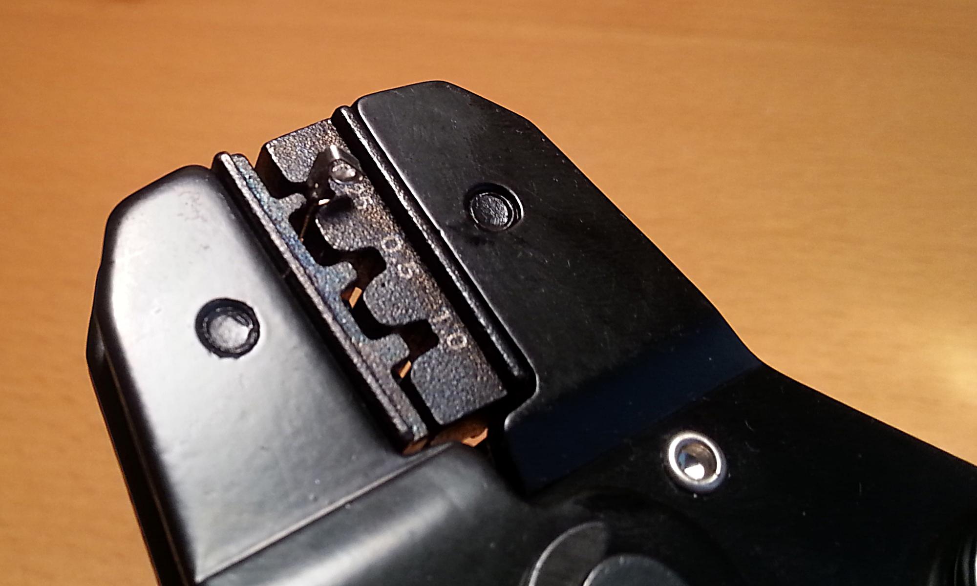 Pin bloqueado pero sin crimpar.