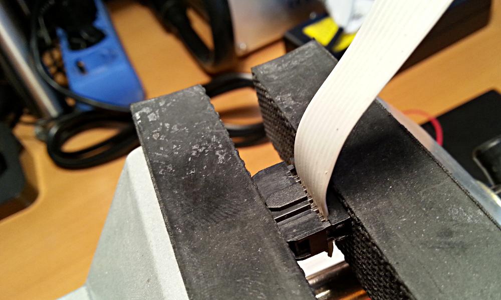 El tornillo ejerce una fuerza proporcional en toda la superficie del conector.